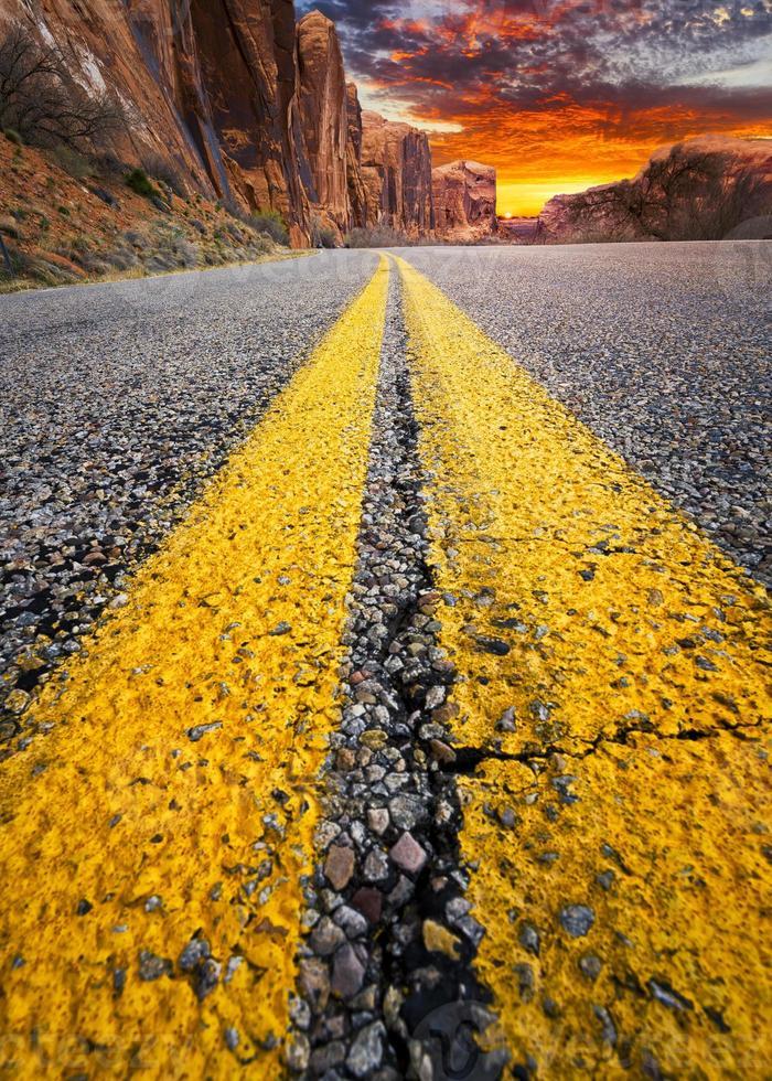 camino del desierto al atardecer foto