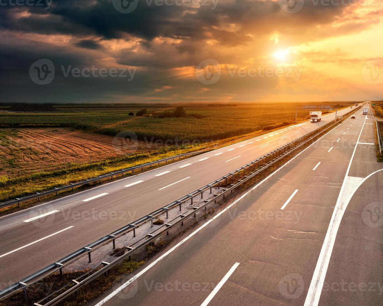autopista al atardecer, cerca de belgrado en serbia foto