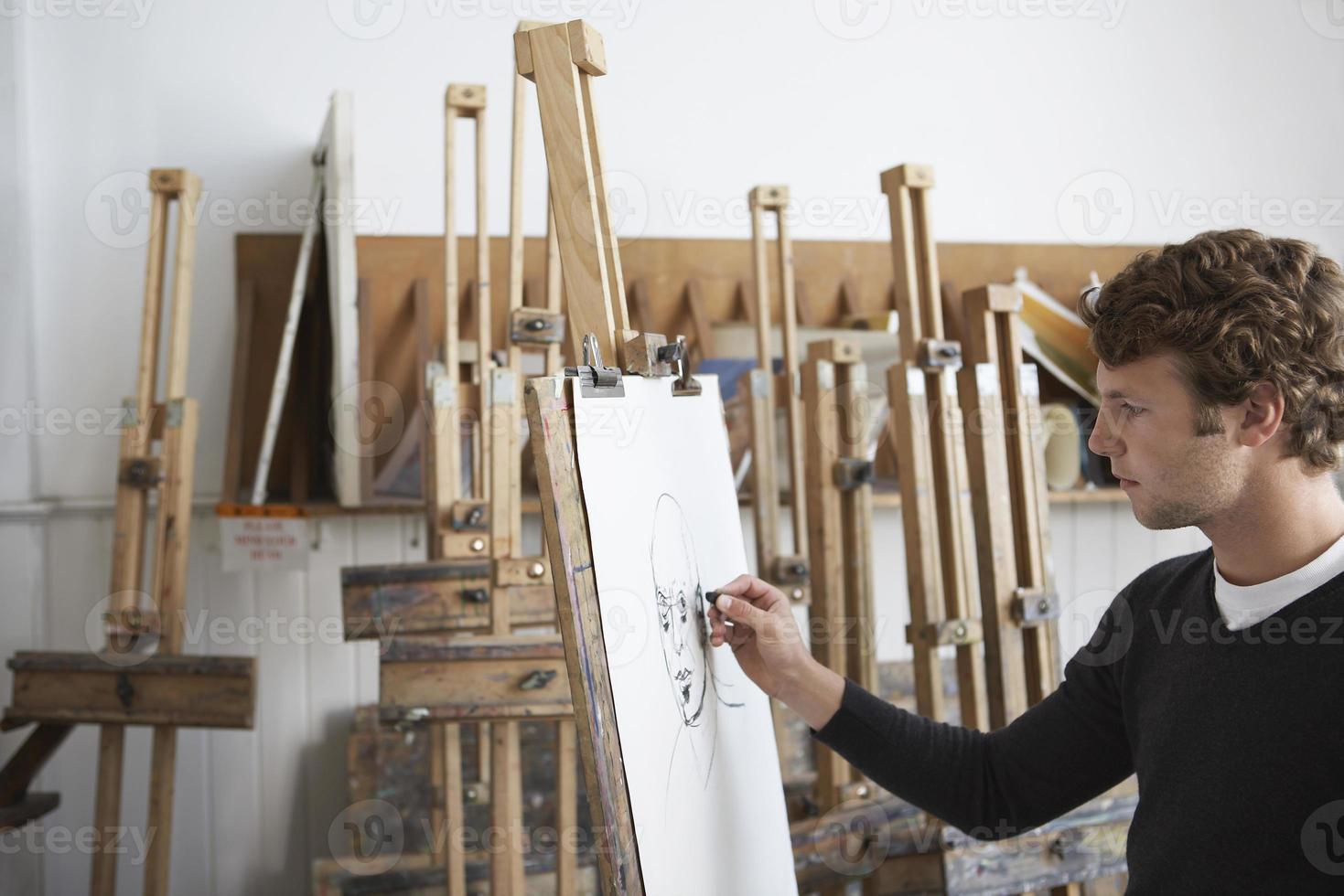 Artista dibujo retrato al carbón en studio foto