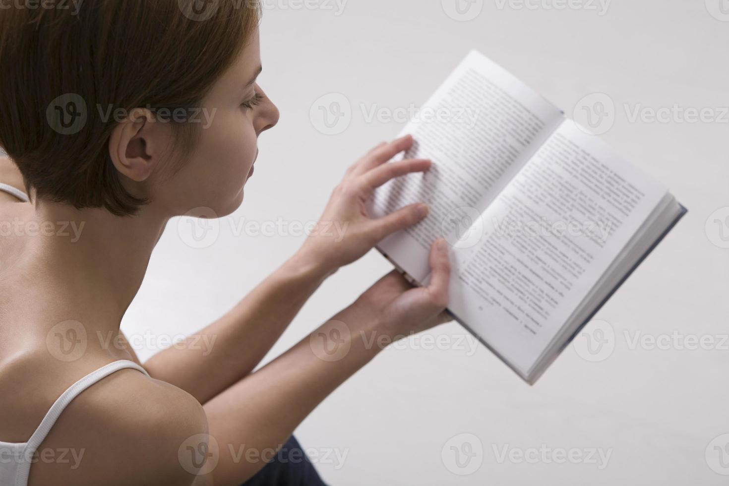 libro de lectura de mujer joven foto
