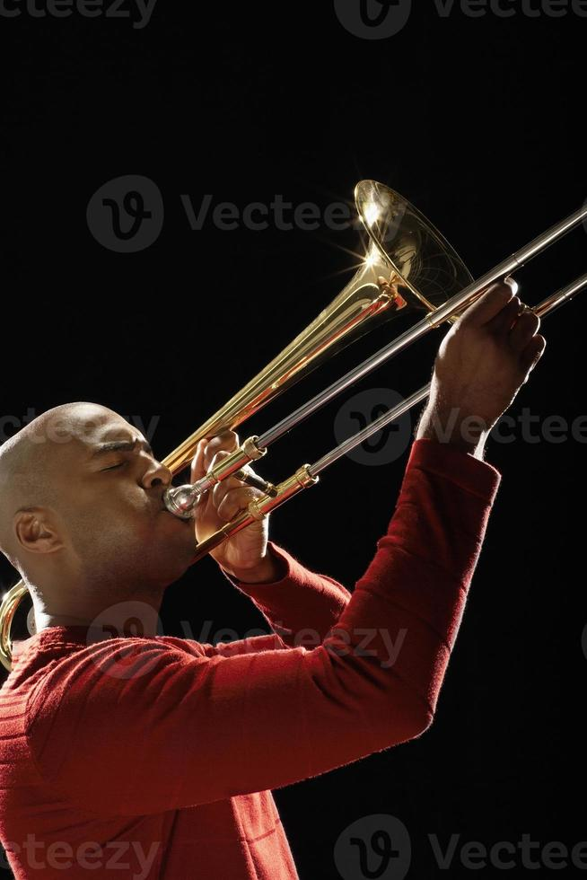 primer plano del hombre tocando trombón foto