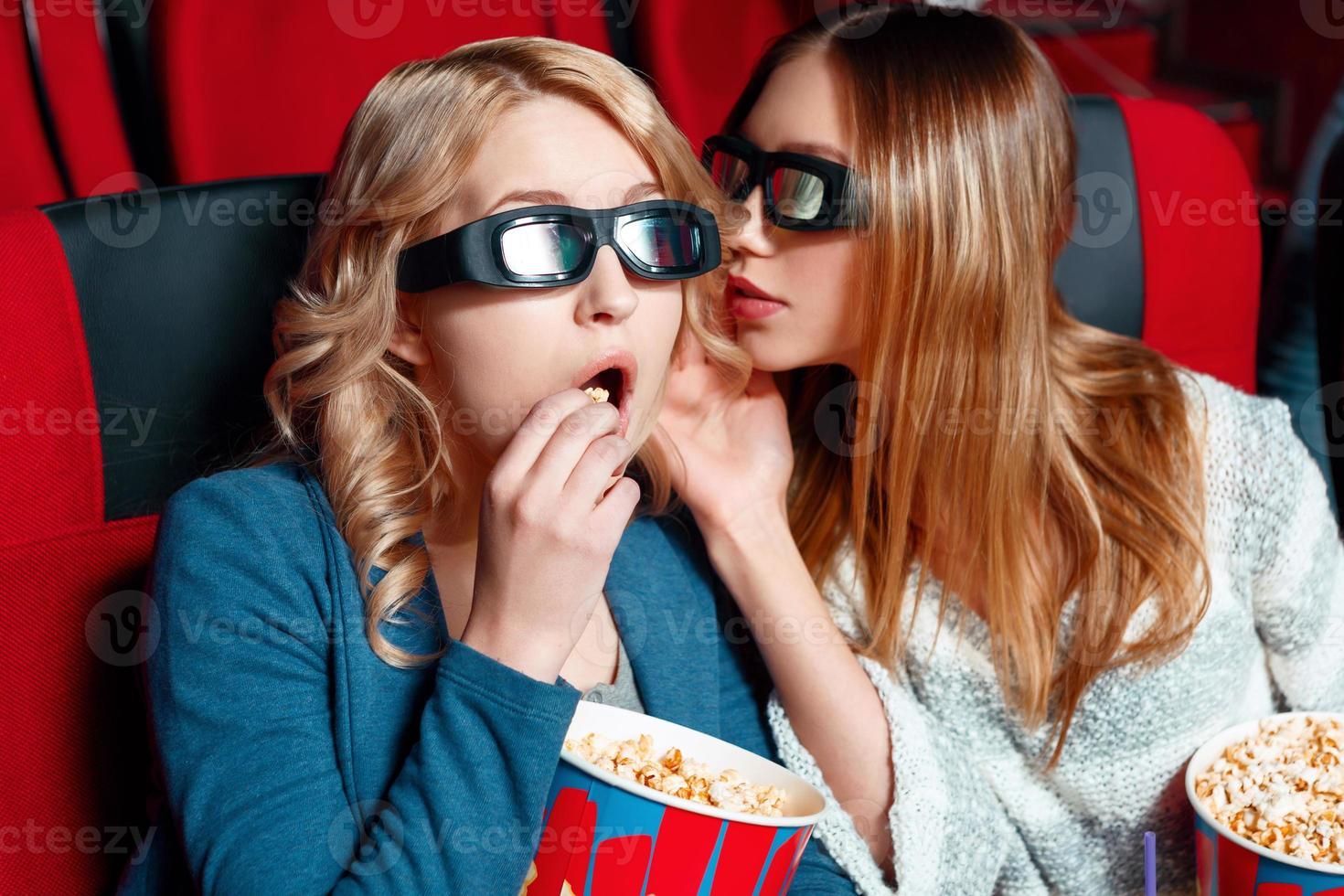 mujer compartiendo secretos en cine foto