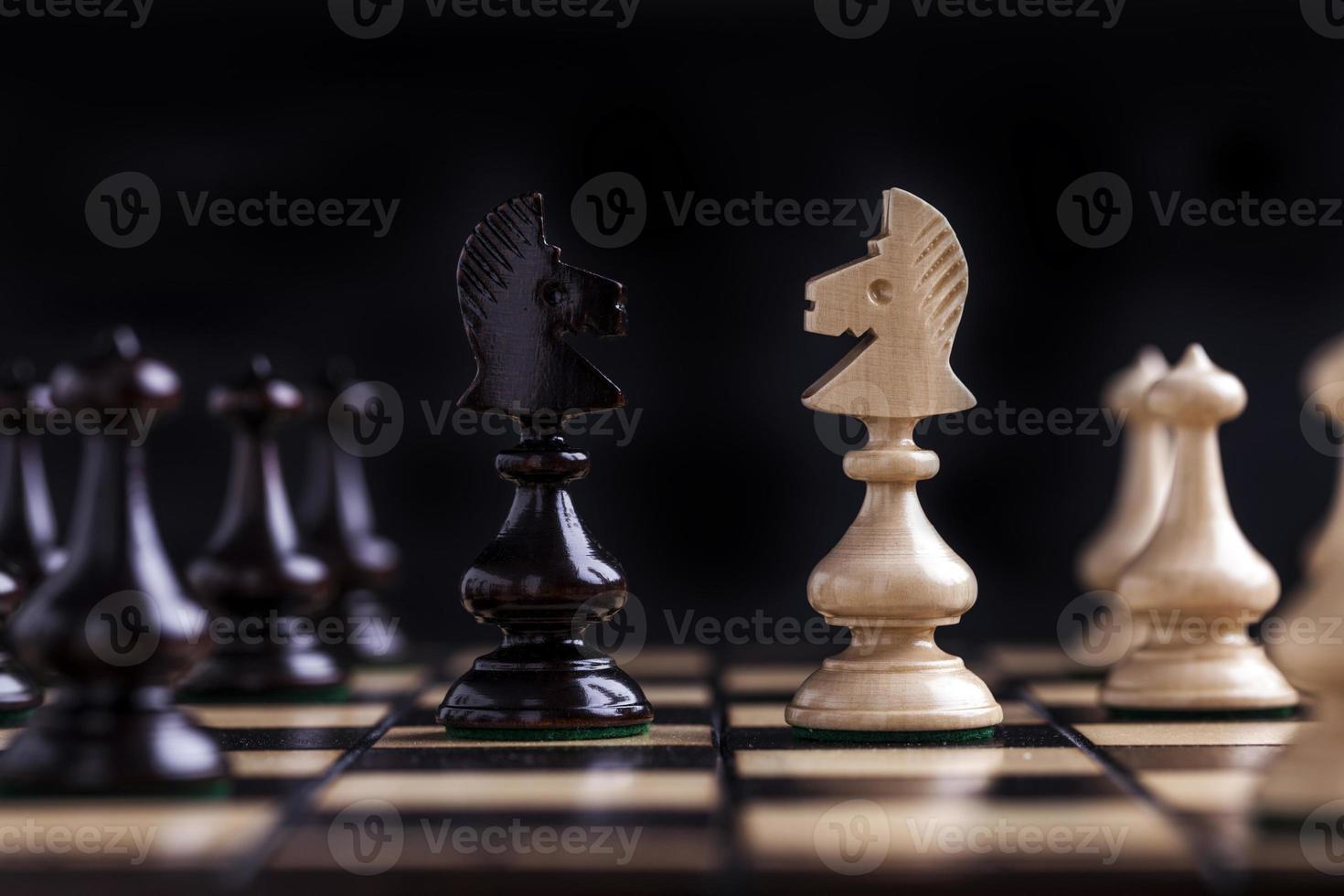 piezas de ajedrez en un tablero de ajedrez. foto