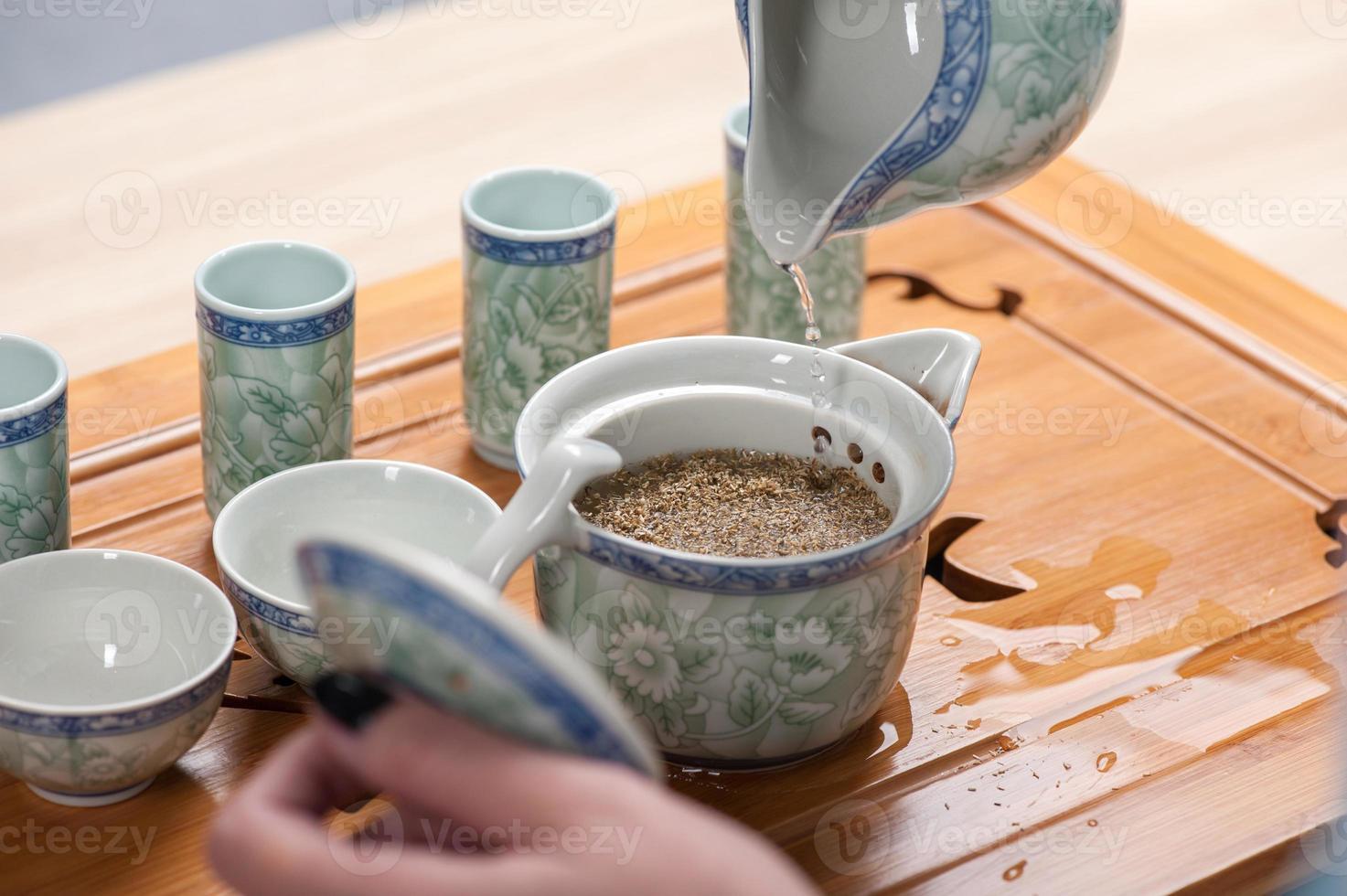 belleza asiática preparándose para la ceremonia del té foto