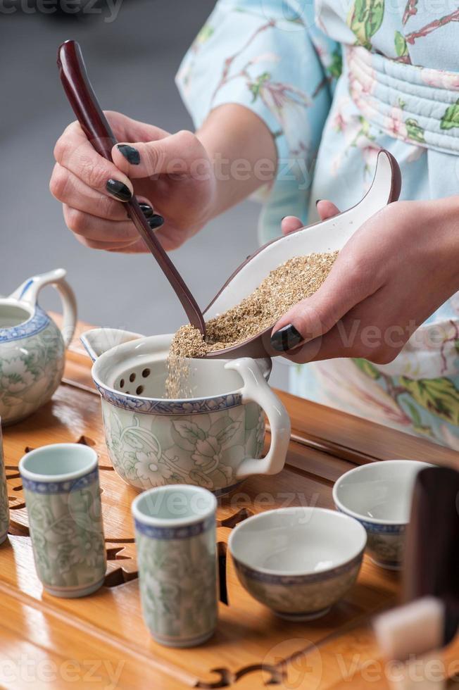 preparándose para la ceremonia del té foto