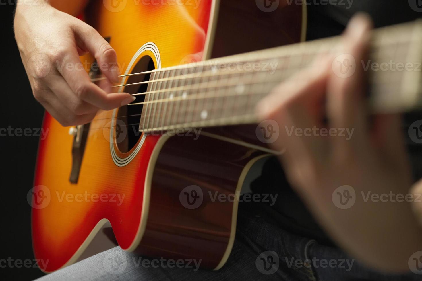 manos tocando la guitarra foto
