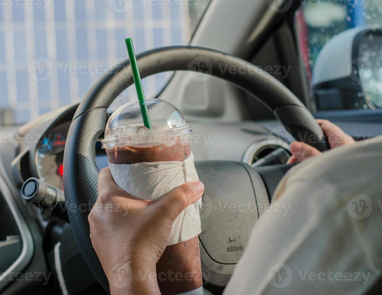 concepto de vehículo - hombre tomando café mientras conduce el auto foto