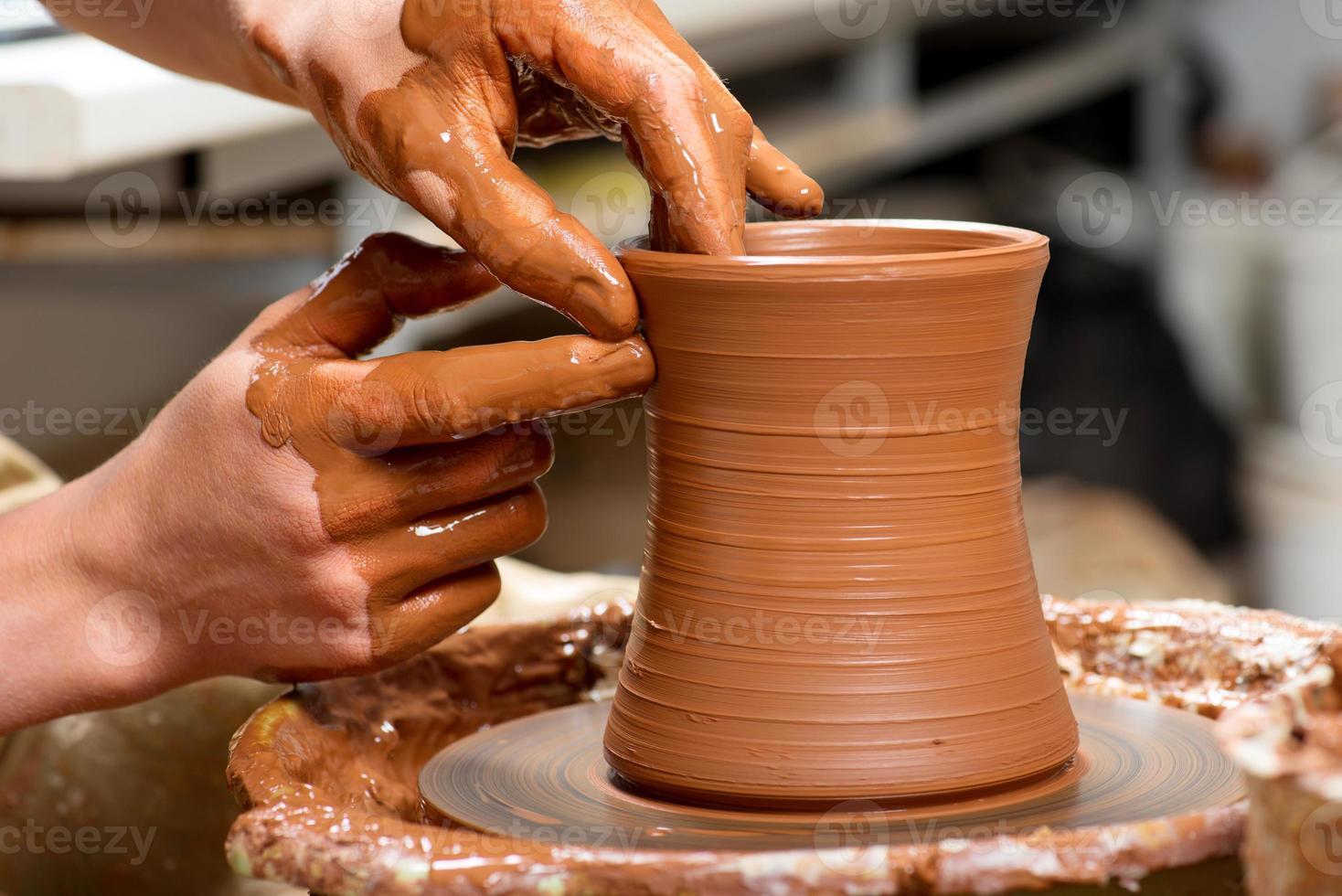 alfarero, creando una jarra de barro foto