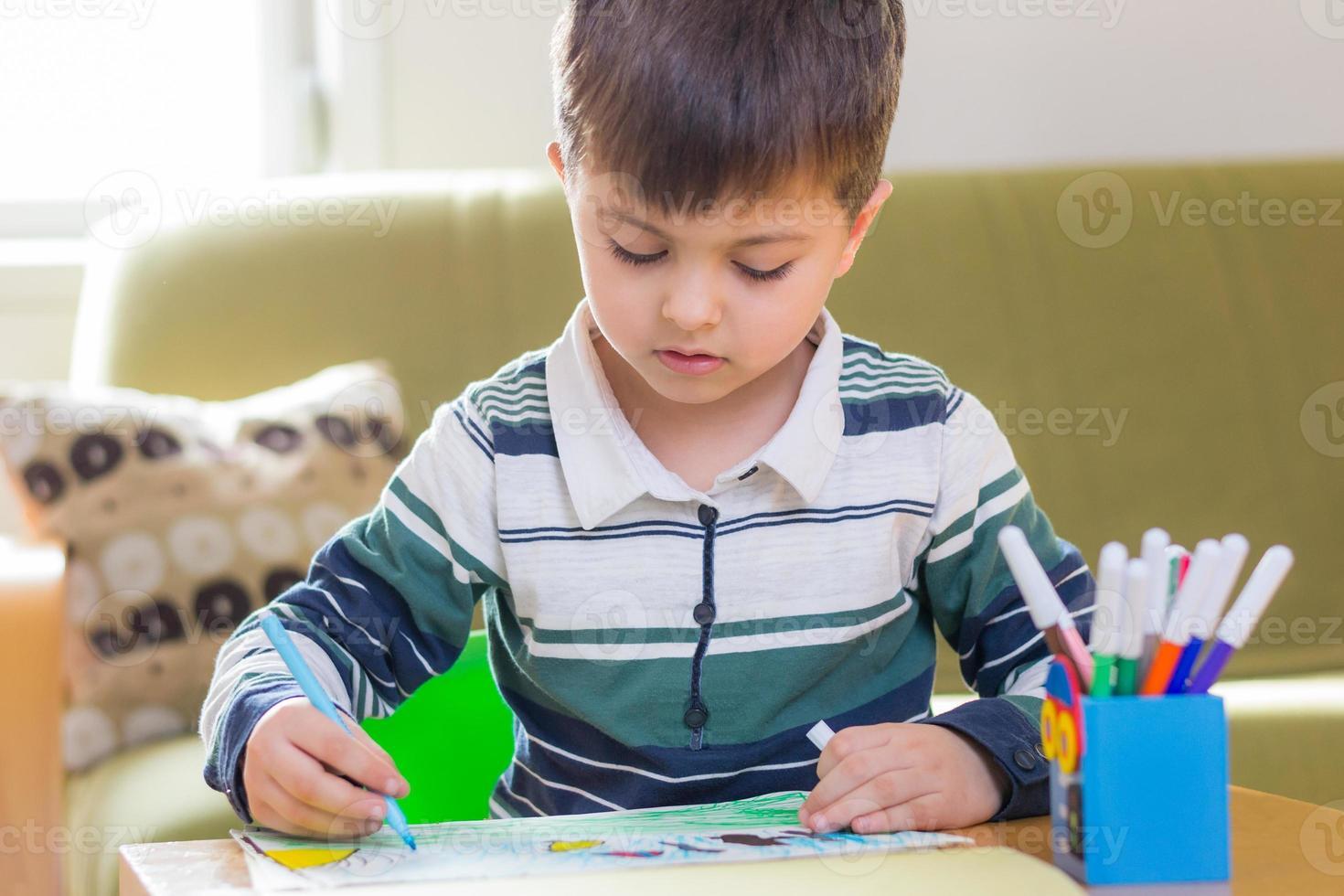 niño haciendo la tarea foto