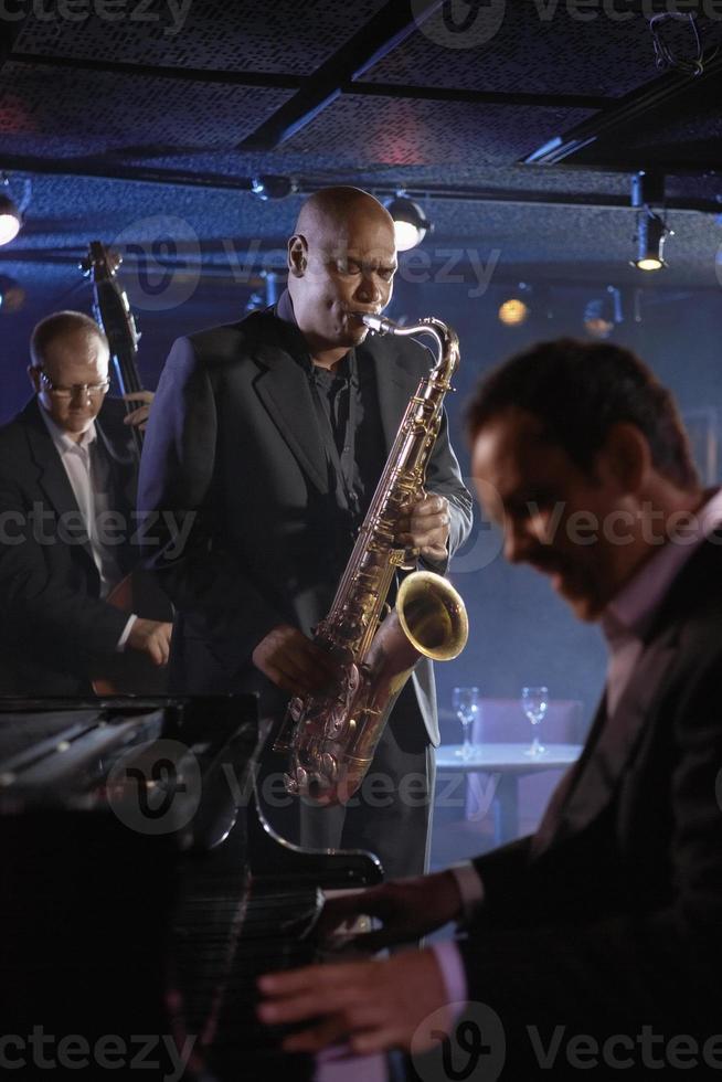 Primer plano de músicos de jazz y pianista en un club foto