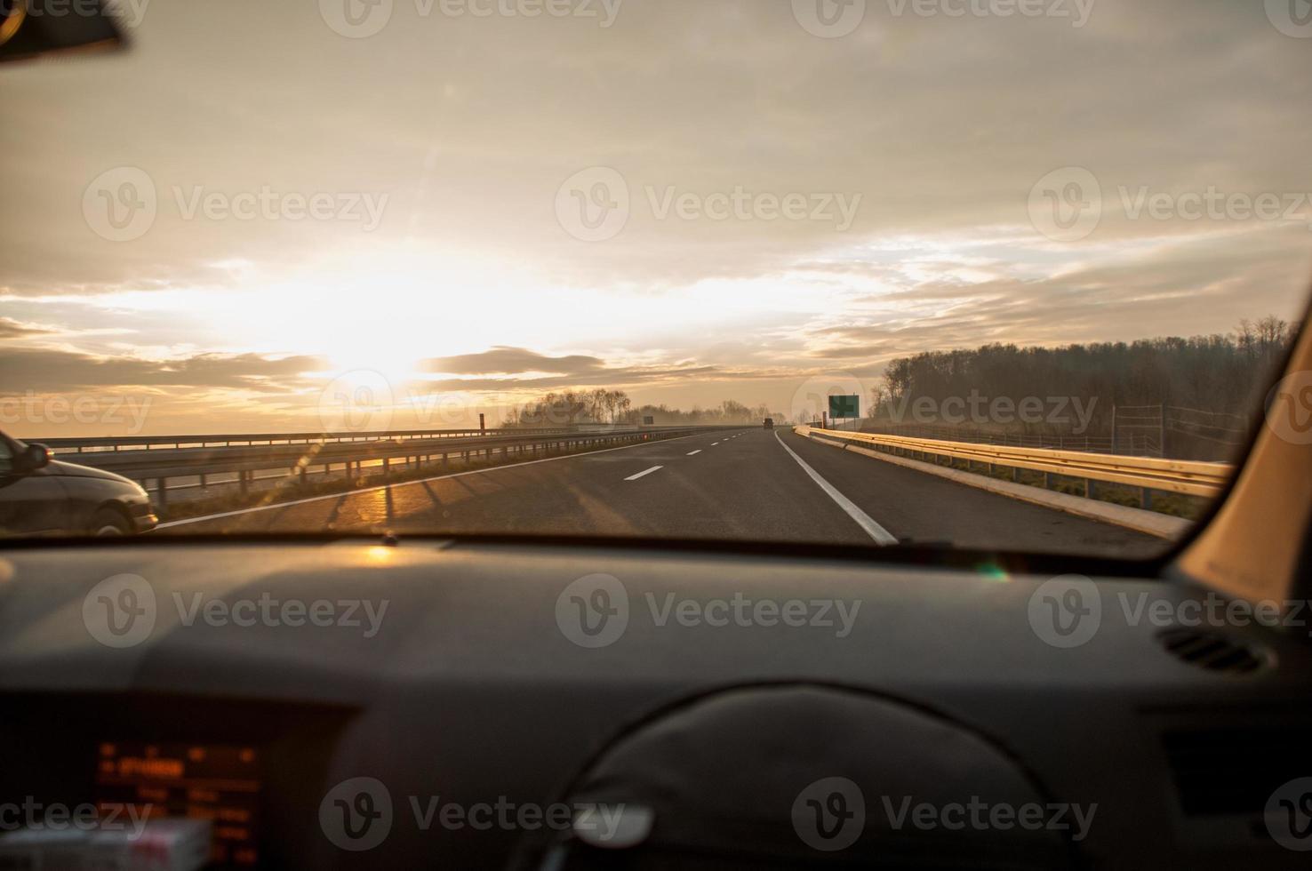 mirando por el parabrisas de un automóvil conduciendo por una autopista foto