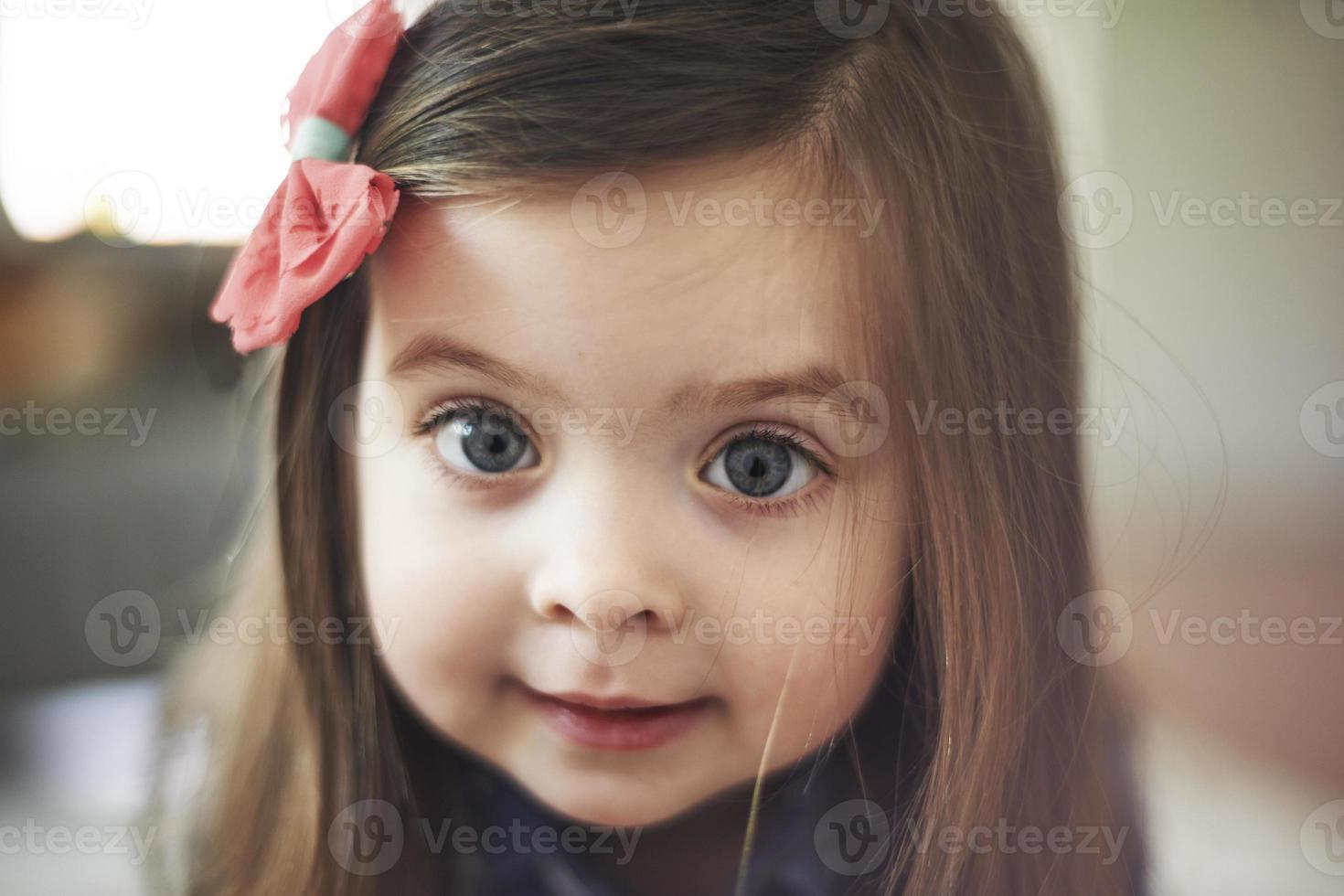 Retrato de niña linda con ojos grandes foto