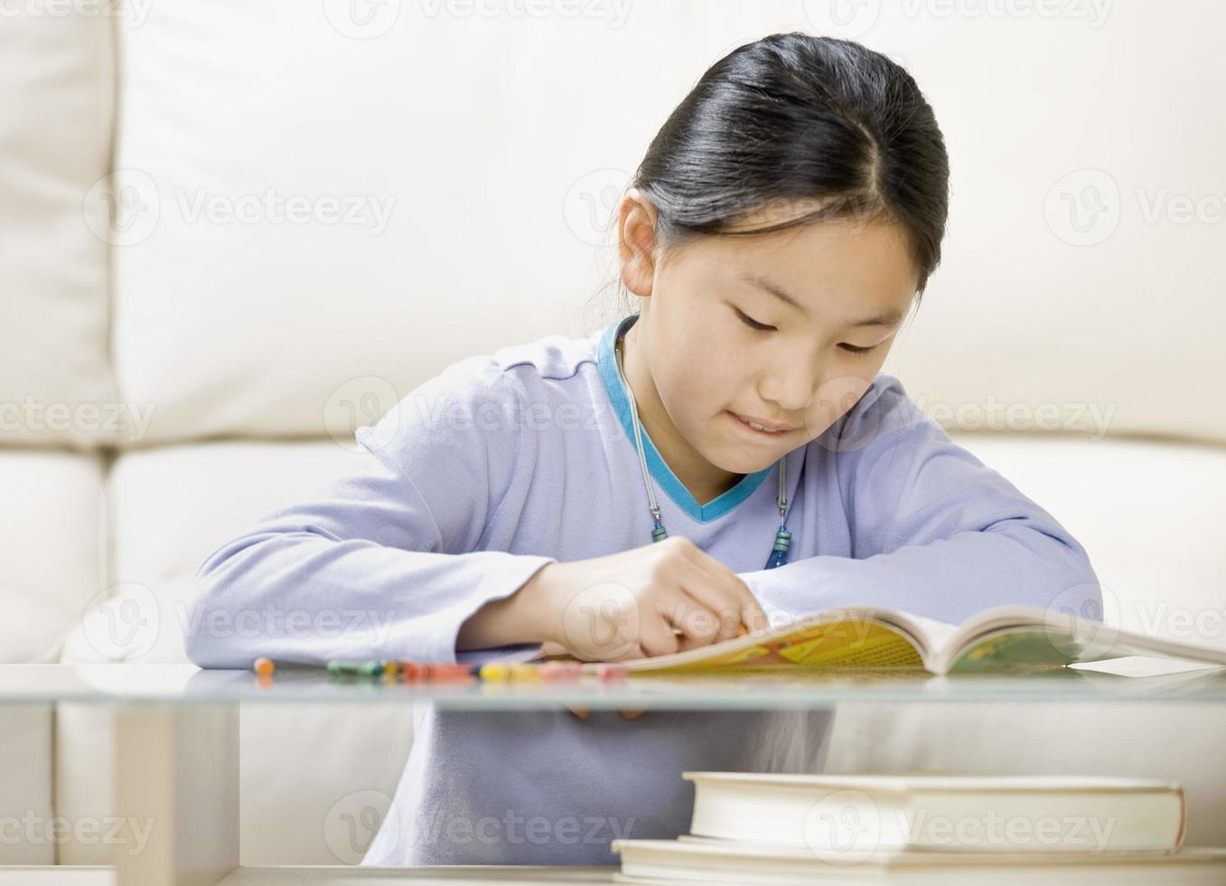 niña para colorear en un libro para colorear foto