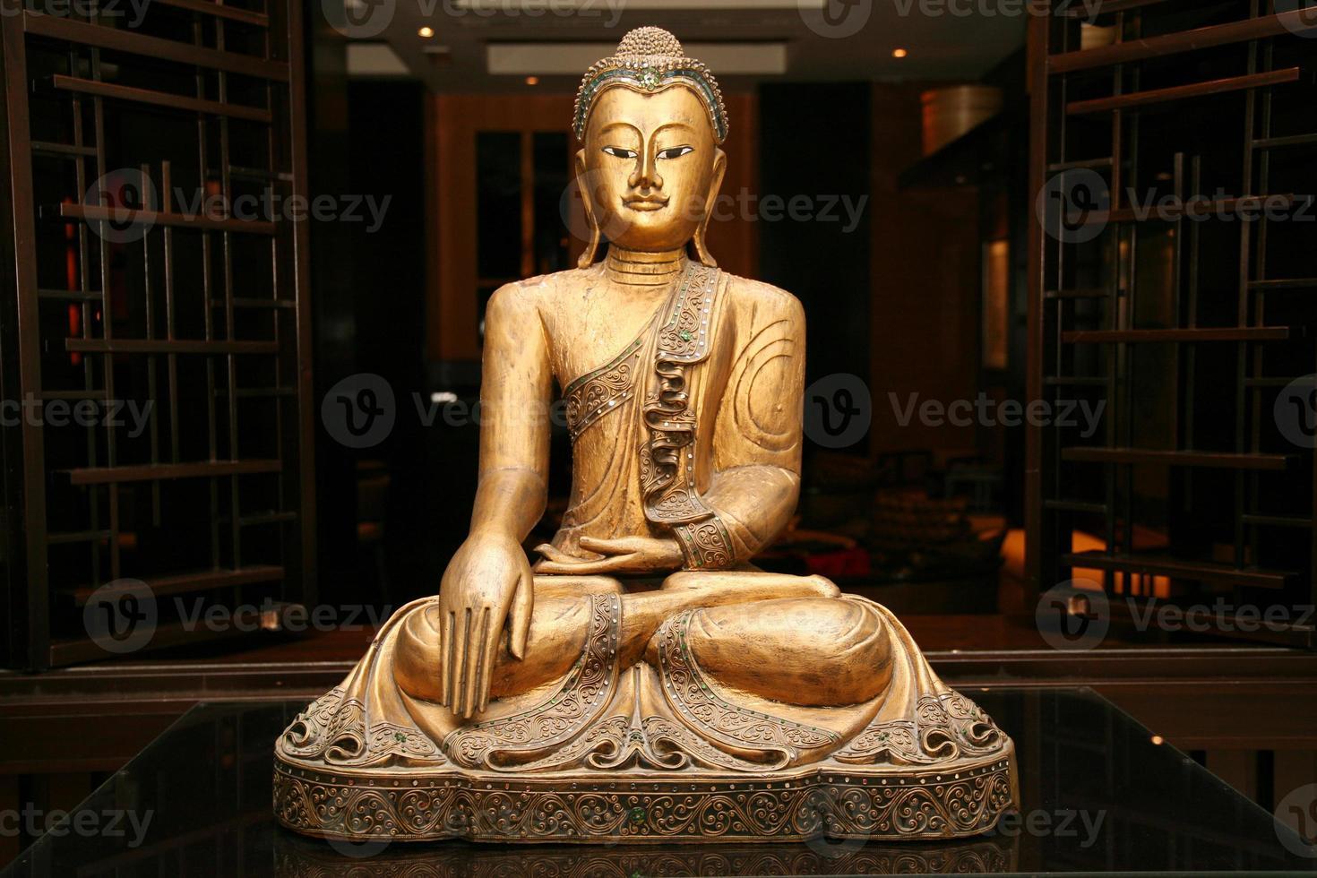 estatua de Buda dorado sentado foto