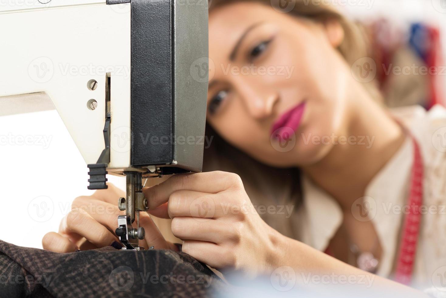preparando la máquina de coser foto