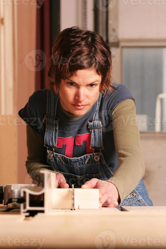 Retrato de una carpintera centrada trabajando duro foto