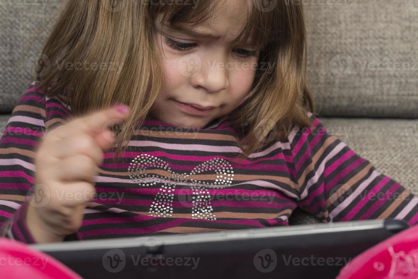 niña y una tableta digital foto