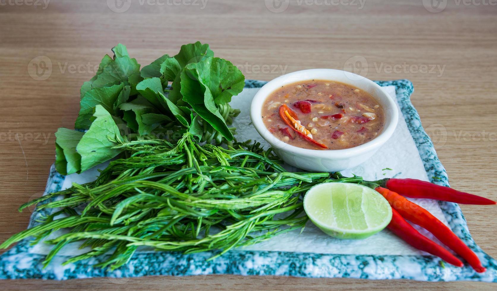 pasta de chile con vegetales crudos foto