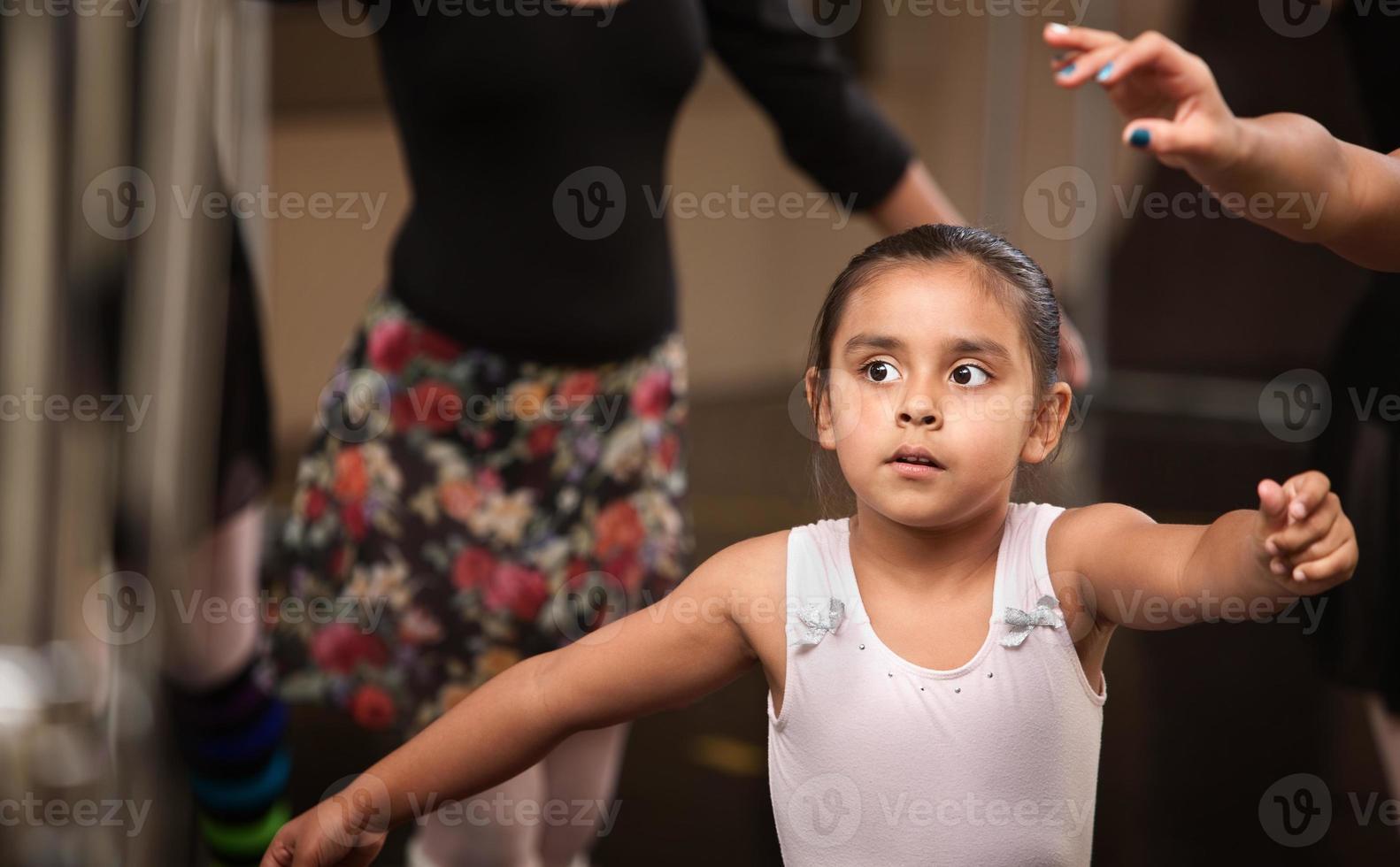 adorable bailarina practicando foto