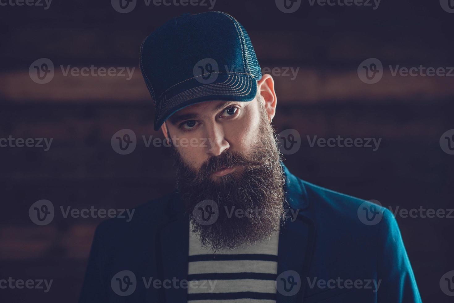 hombre de gorra azul con barba larga y bigote foto