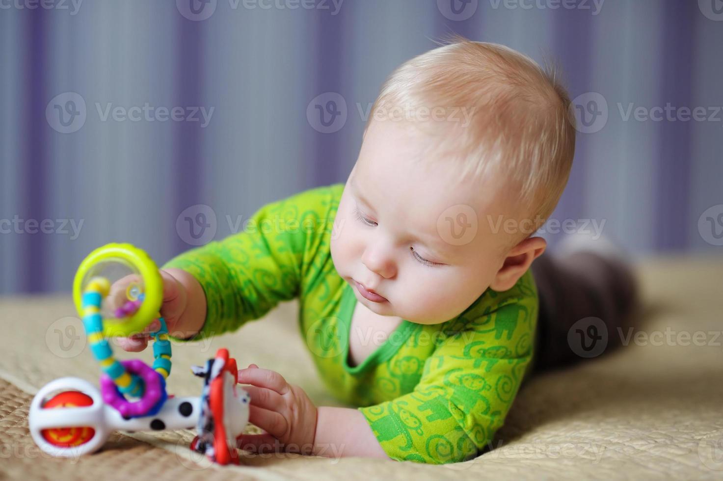 bebé juega con juguetes brillantes foto