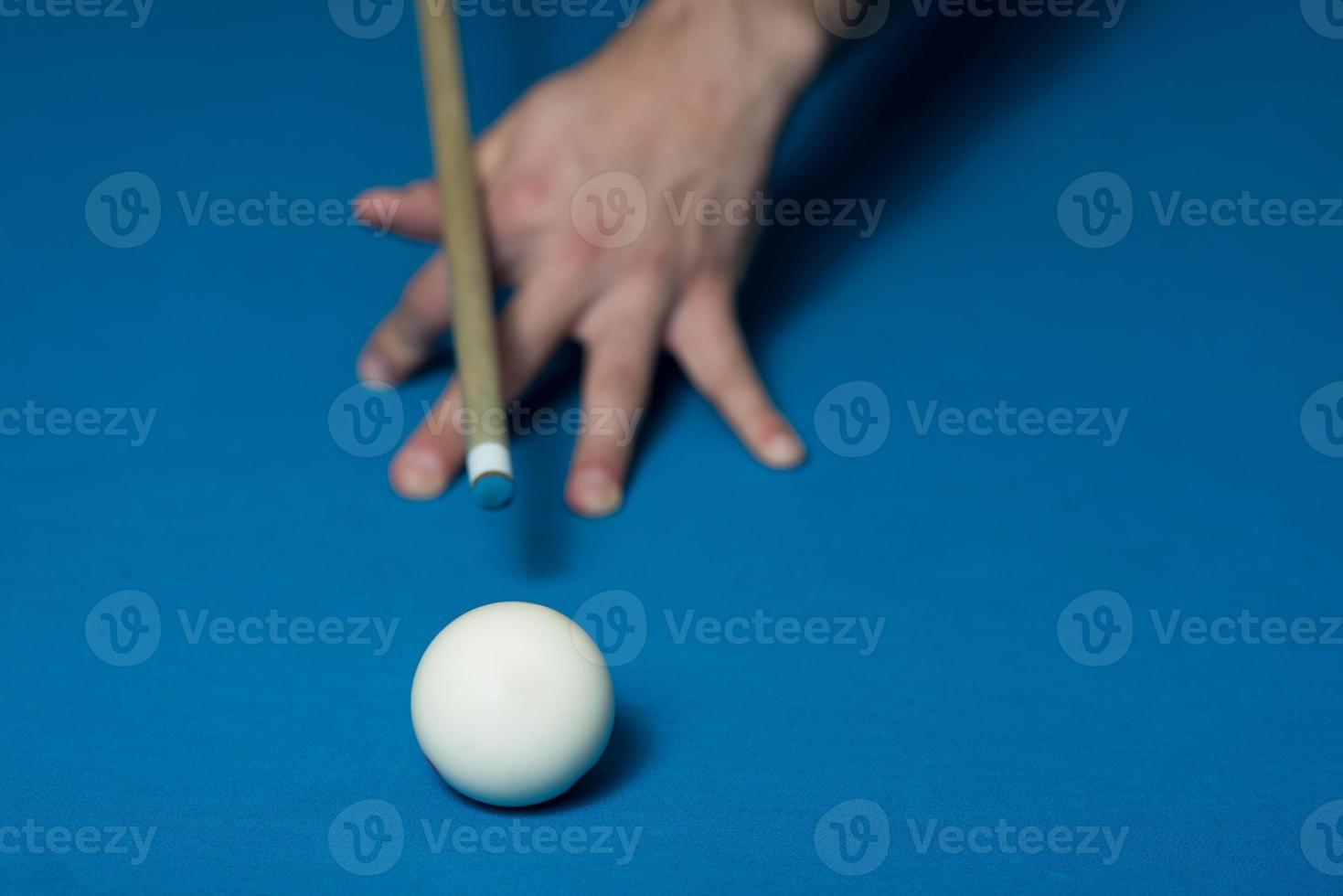 primer plano de una bola blanca esperando para disparar foto