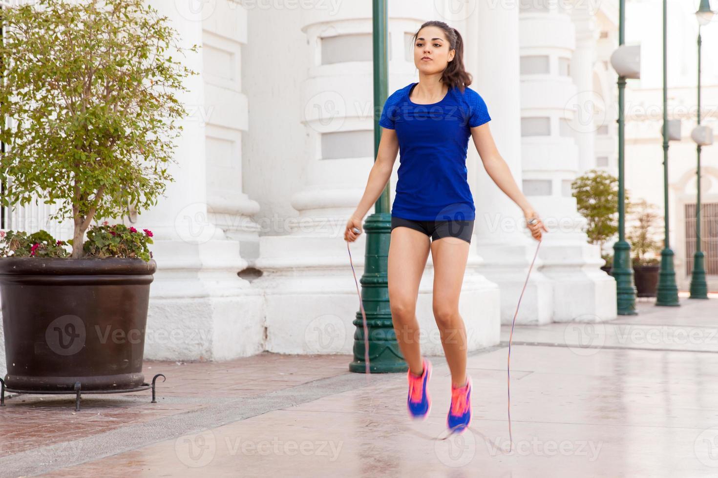 usando una cuerda de saltar en la ciudad foto