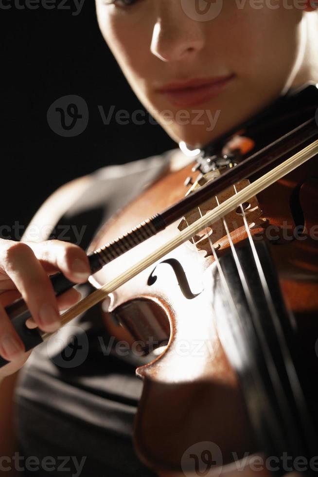 primer plano de mujer tocando el violín foto
