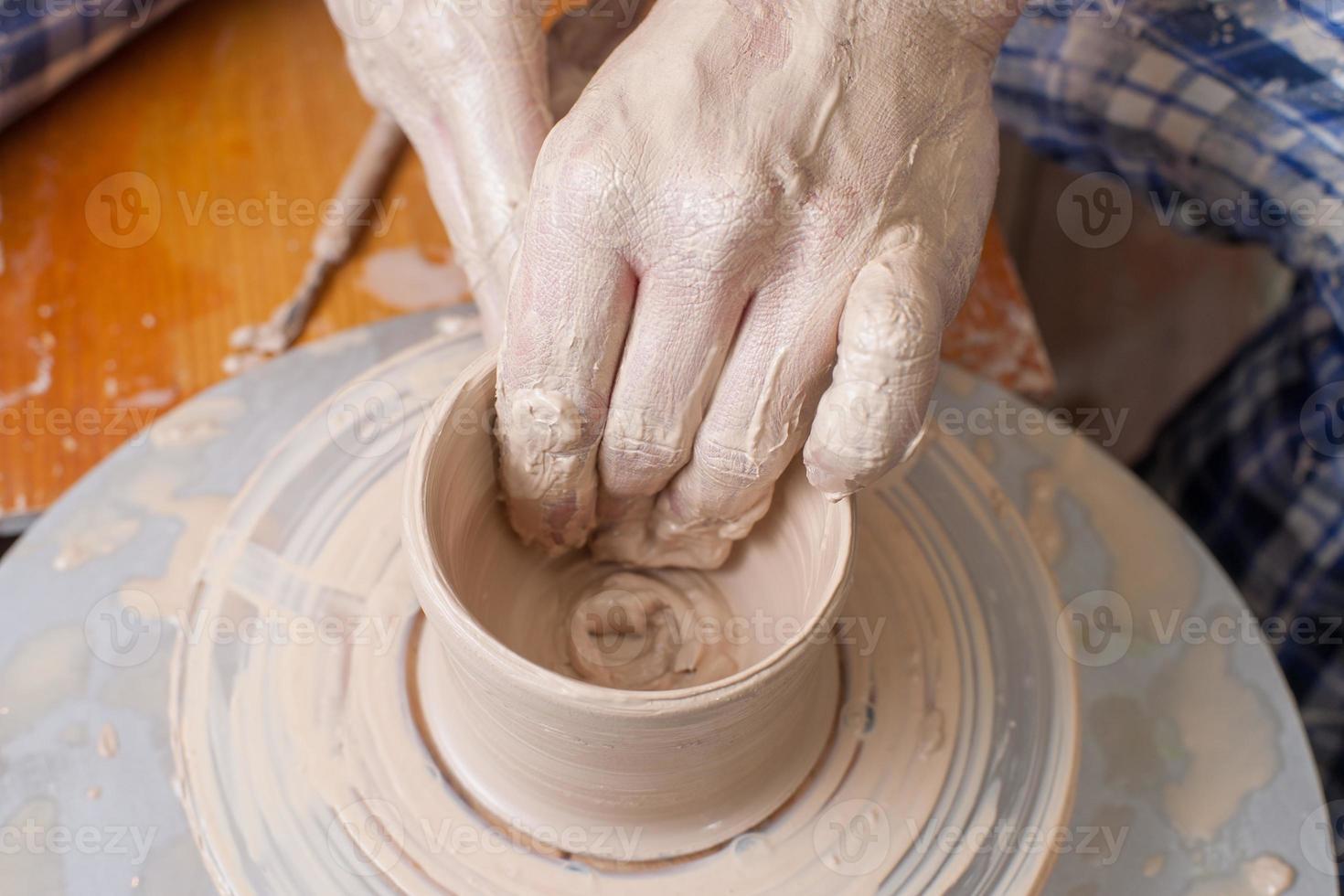 manos de un alfarero foto