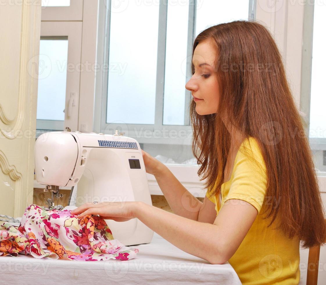 trabajo de costurera en la máquina de coser foto