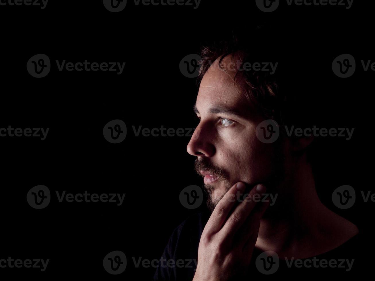 imagen de bajo perfil de un hombre barbudo reflexionando foto