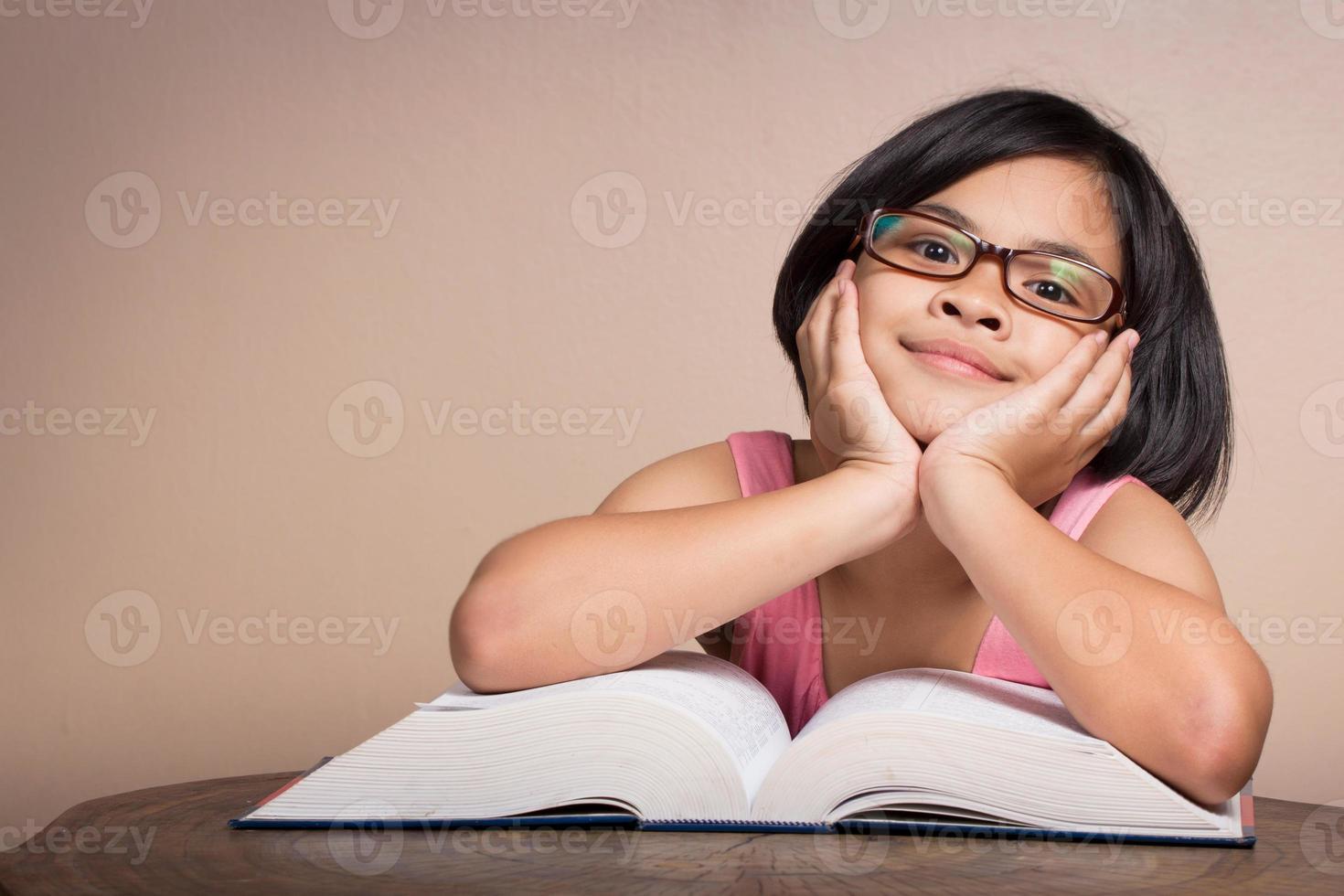 Chica relajarse leyendo un libro. foto