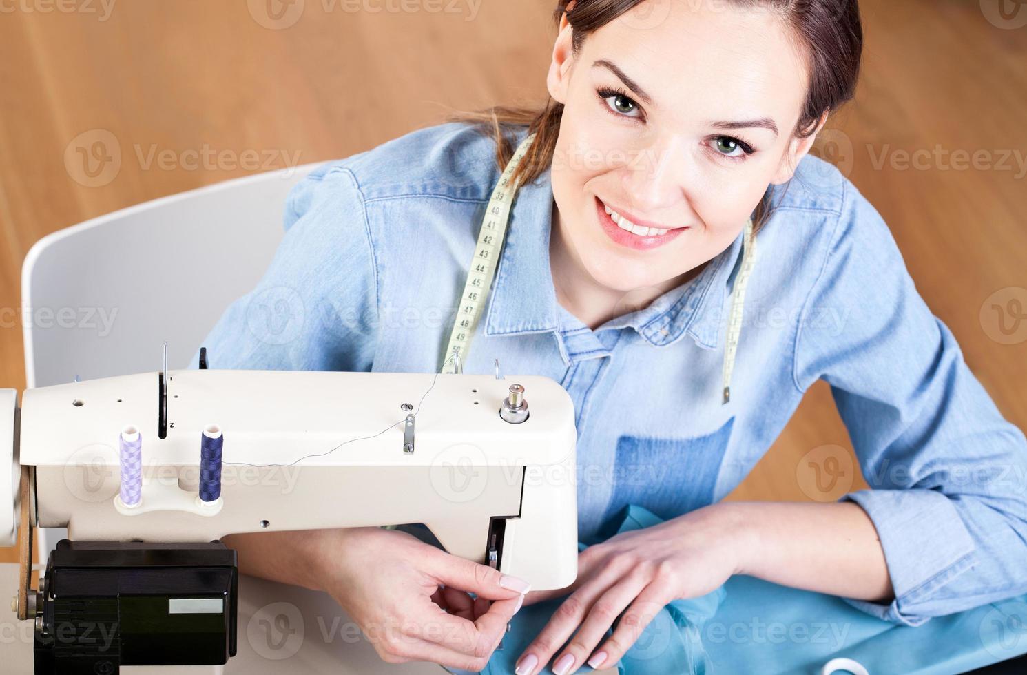 costurera cosiendo ropa foto