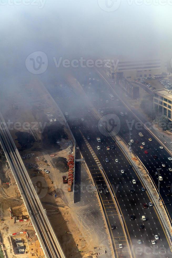 Los edificios y las carreteras están cubiertos de espesa capa de niebla. foto