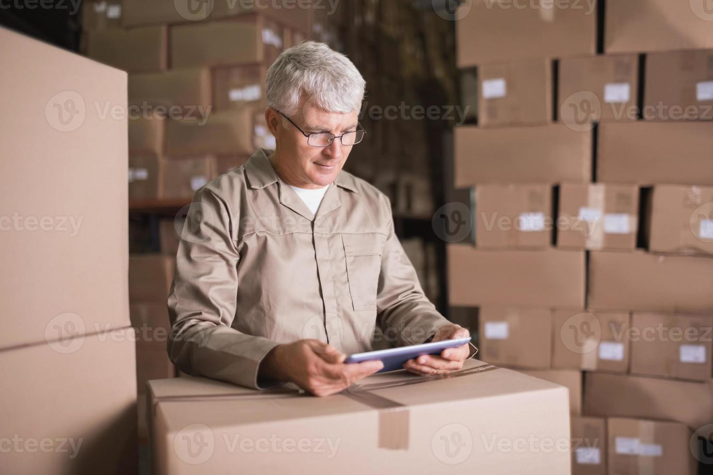 trabajador de almacén con tableta digital foto