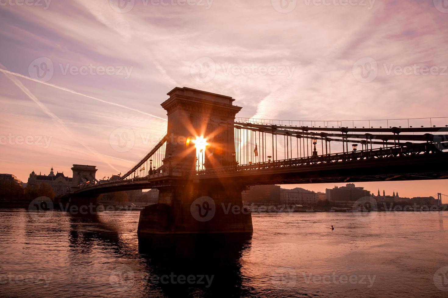 Budapest con el puente de las cadenas contra el amanecer en Hungría foto