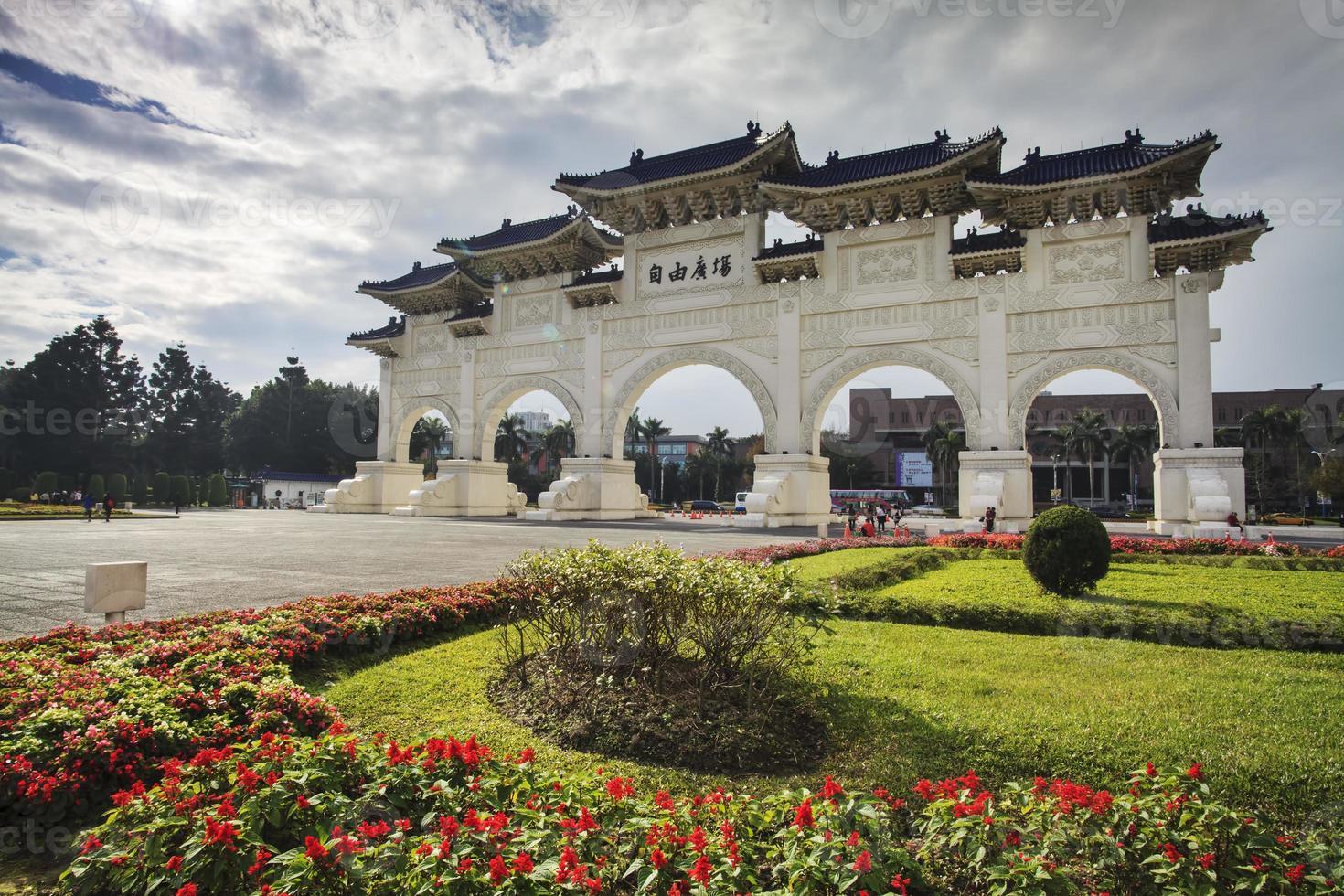 Arcos en la Plaza de la Libertad en Taipei, Taiwán foto
