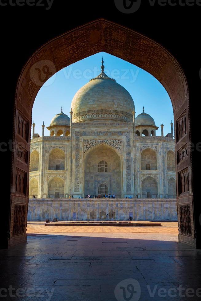 Taj Mahal enmarcado en arco, Agra, India foto