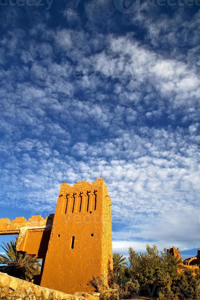 África histoycal y el azul cielo nublado foto
