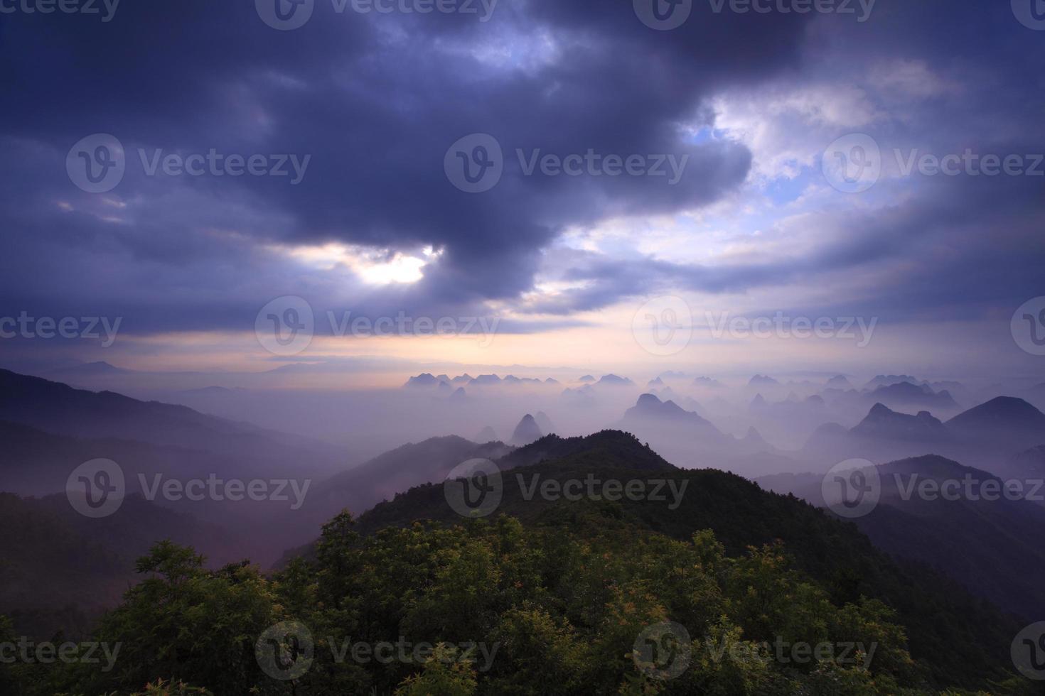 montaña yaoshan en la mañana foto