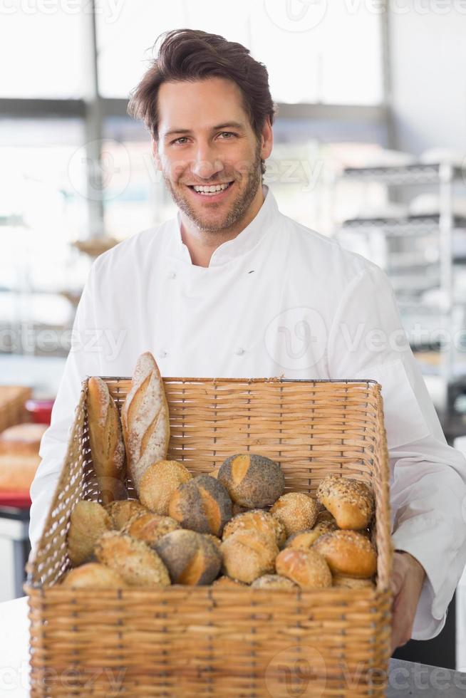 panadero mostrando canasta de pan foto