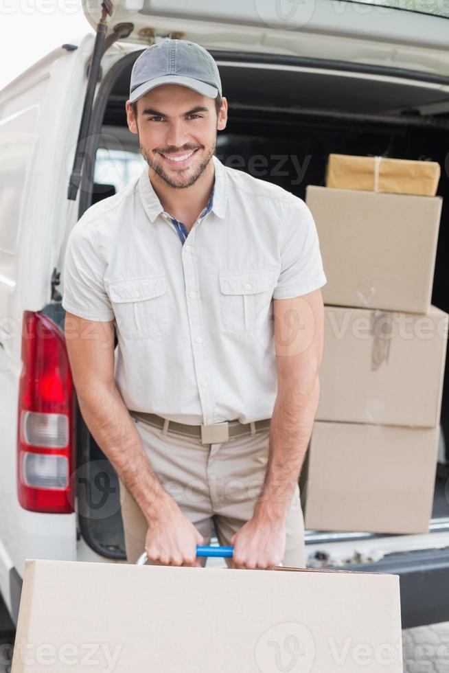 repartidor cargando su camioneta con cajas foto