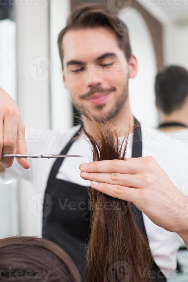 guapo peluquero corte de cabello foto