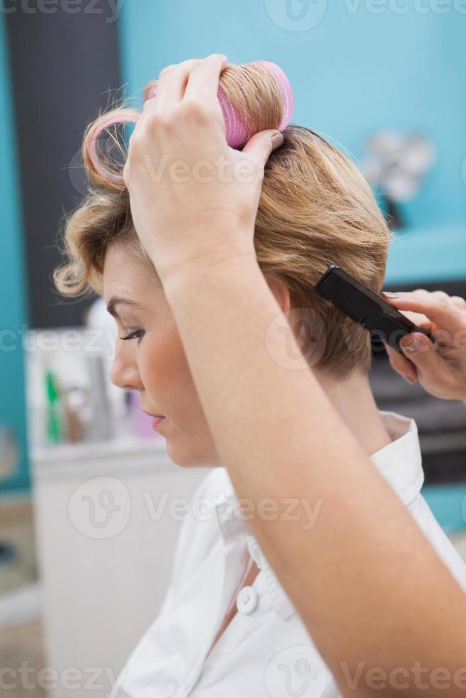 peluquería colocando rulos en el cabello foto