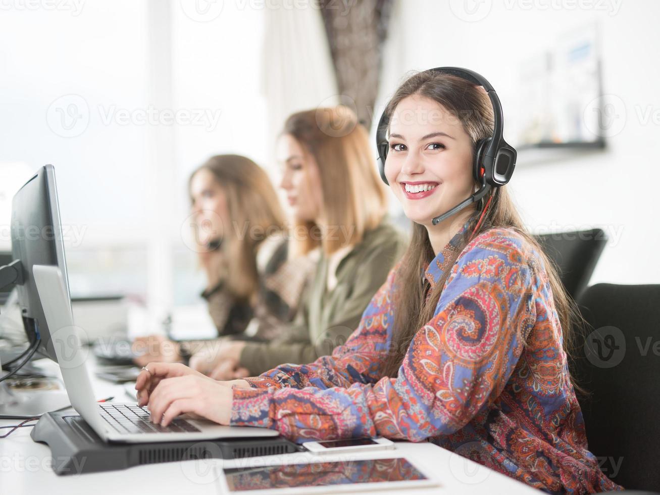 equipo de servicio al cliente en el lugar de trabajo moderno foto