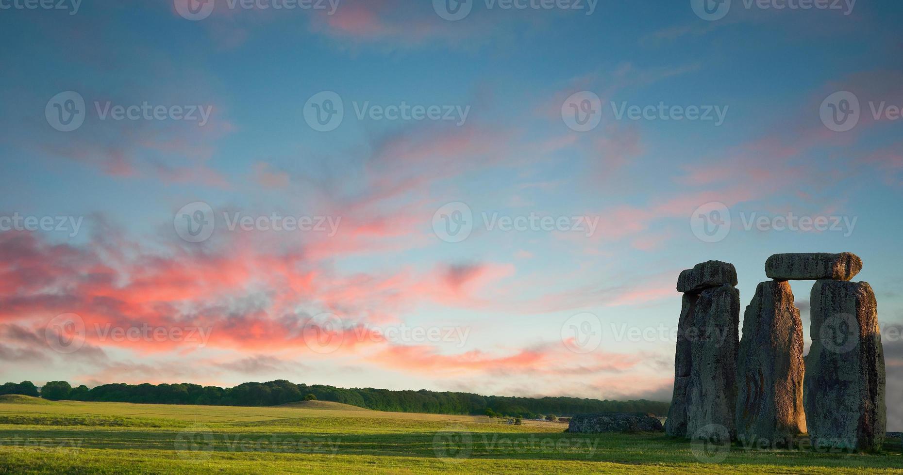 Stonehenge contra el cielo azul púrpura, Wiltshire, Inglaterra foto