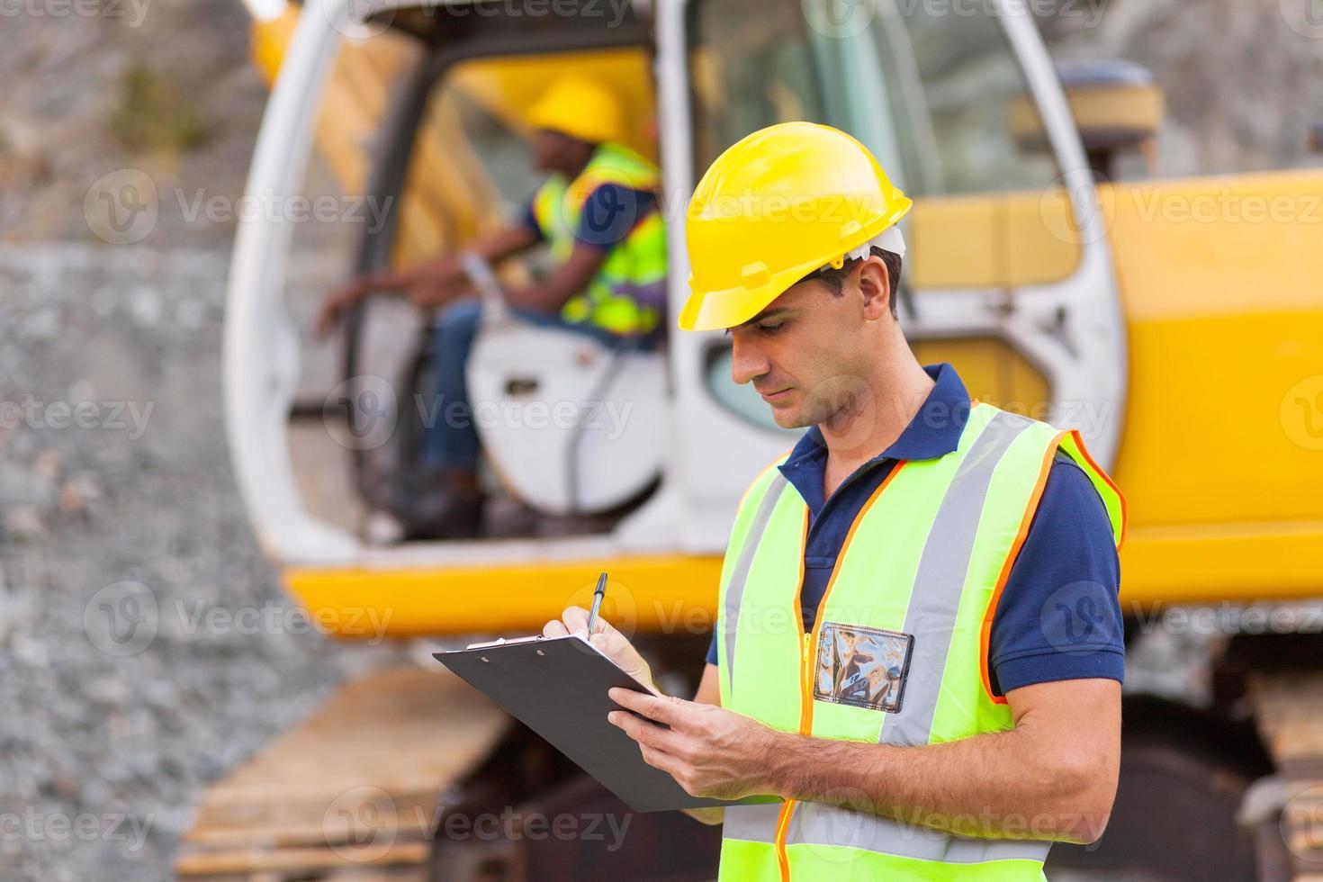 gerente de construcción escribiendo informe foto