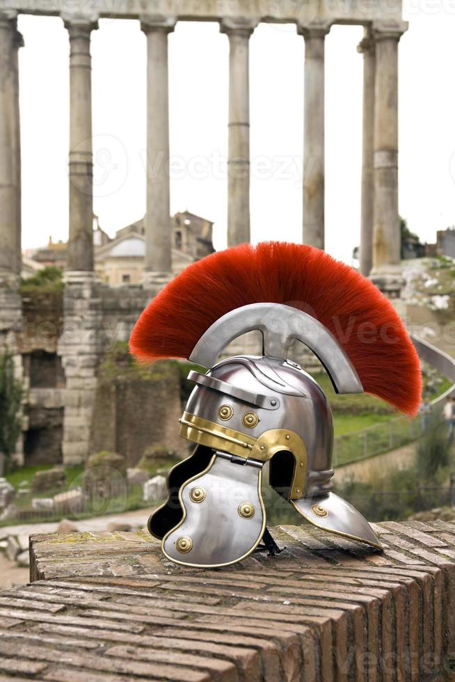 Casco de soldado romano en frente del fori imperiali, roma. foto