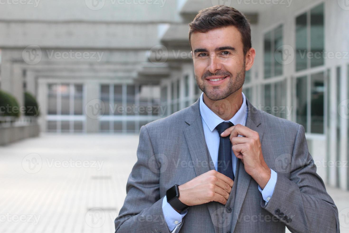 lindo empresario vestido para impresionar foto