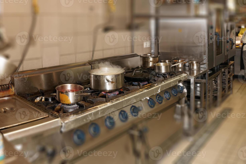 cocina de restaurante real, efecto de desenfoque foto